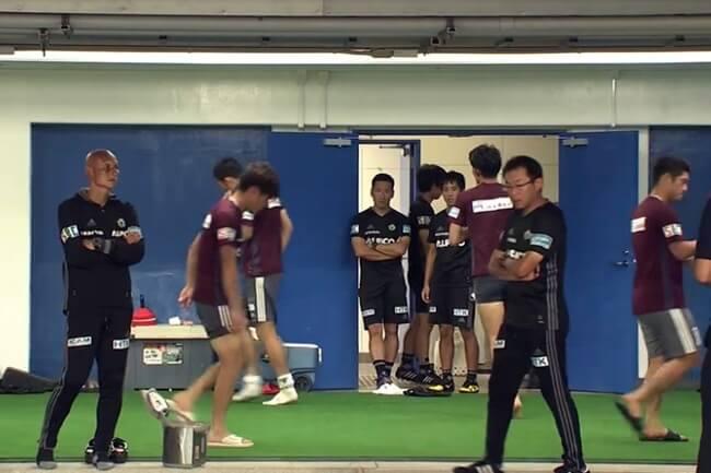 腕組みをする山雅の監督コーチ